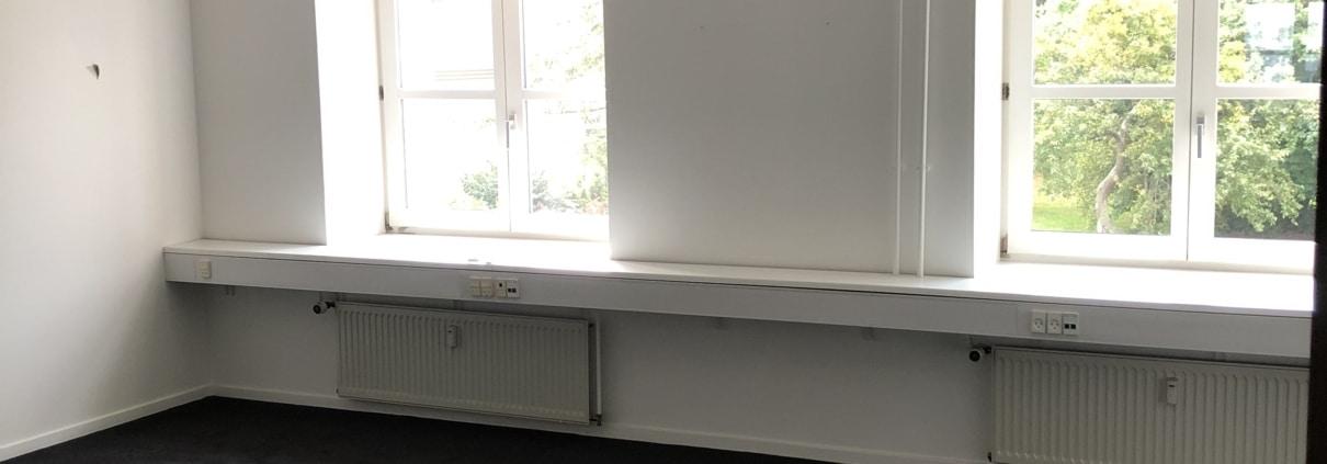 Et af vores lidt større kontorer i Roskilde her. Det vender ud mod Københavnsvej, så du får en super fin udsigt.