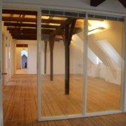 Kontorhotellet i Nivå har forskellige størrelser kontorer. Her ses et kontor, hvor der er glas mellem lokalerne.