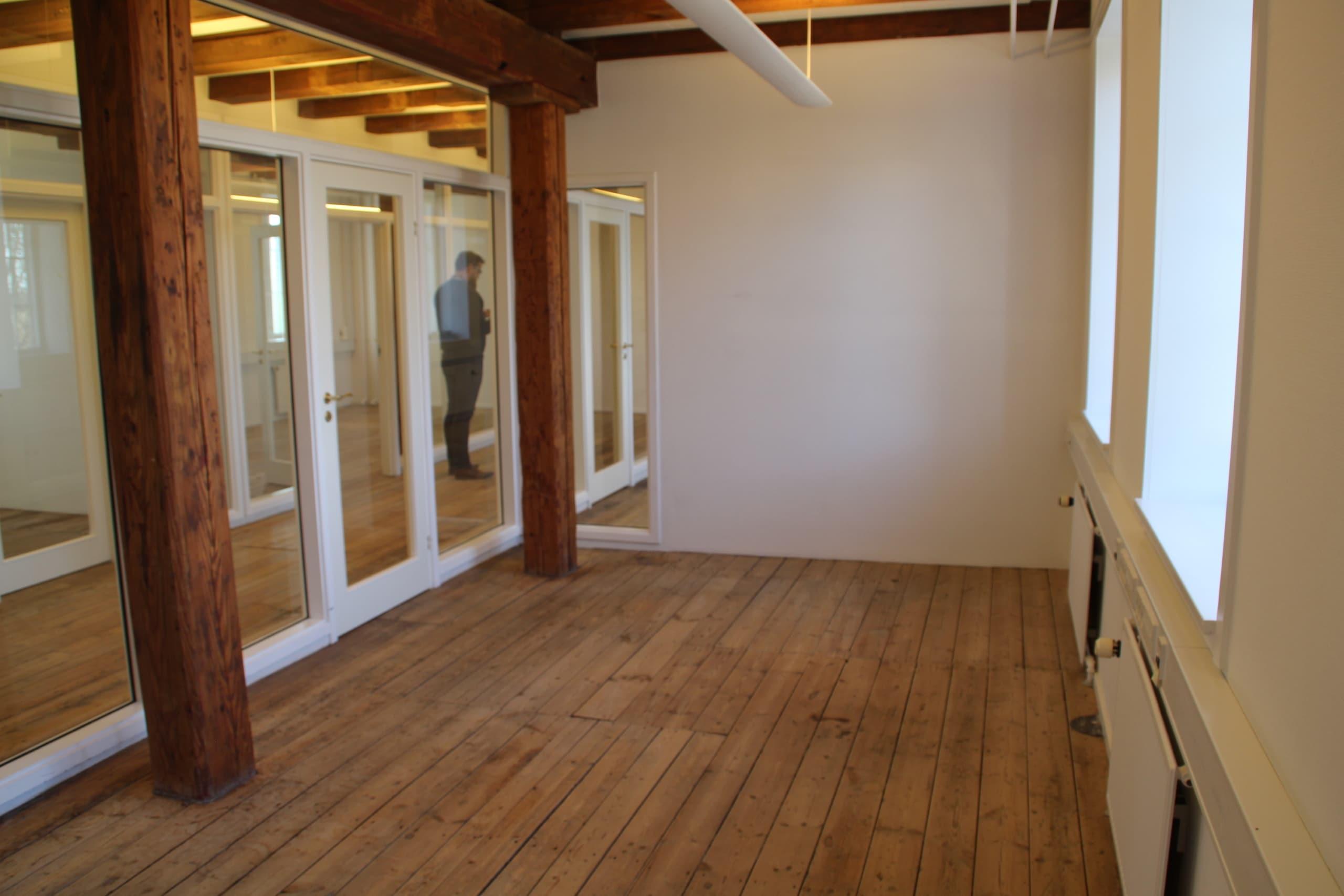 Et lukket kontor i Nivå med plads til cirka 2-3 personer. Det er velegnet til mange typer erhverv.