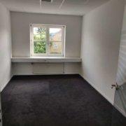 De lukkede kontorer i Roskilde er velegnet til 1-2 medarbejdere. Kontoret er istandsat og er klar til indflytning.