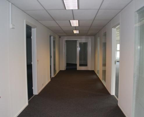 På hver sin side af gangen er der kontorer til leje