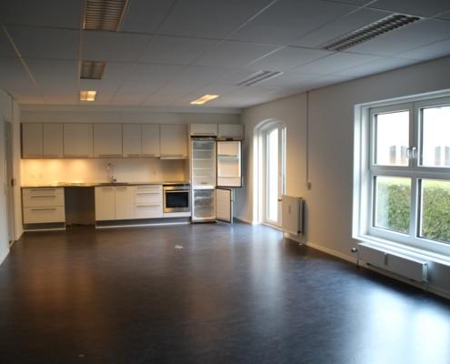 Her er det første billede af køkken i stuen ved siden af kontorerne. På billedet er det ikke færdigt, men det er det inden længe.