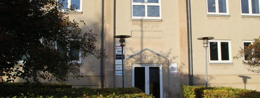 Her er indgangen til vores kontorer.